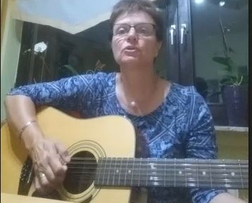 Andrea Fichtner mit einem Lied